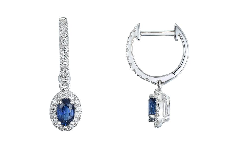 Boucles d'oreilles d'or blanc, serties de deux saphirs taille ovale (0,67 carat) et diamants taille brillant (0,32 carat), collection Tollet