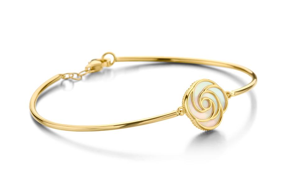 Bracelet rigide en or jaune 18 carats enserrant une rose épanouie aux pétales d'or et de nacre, collection Tollet